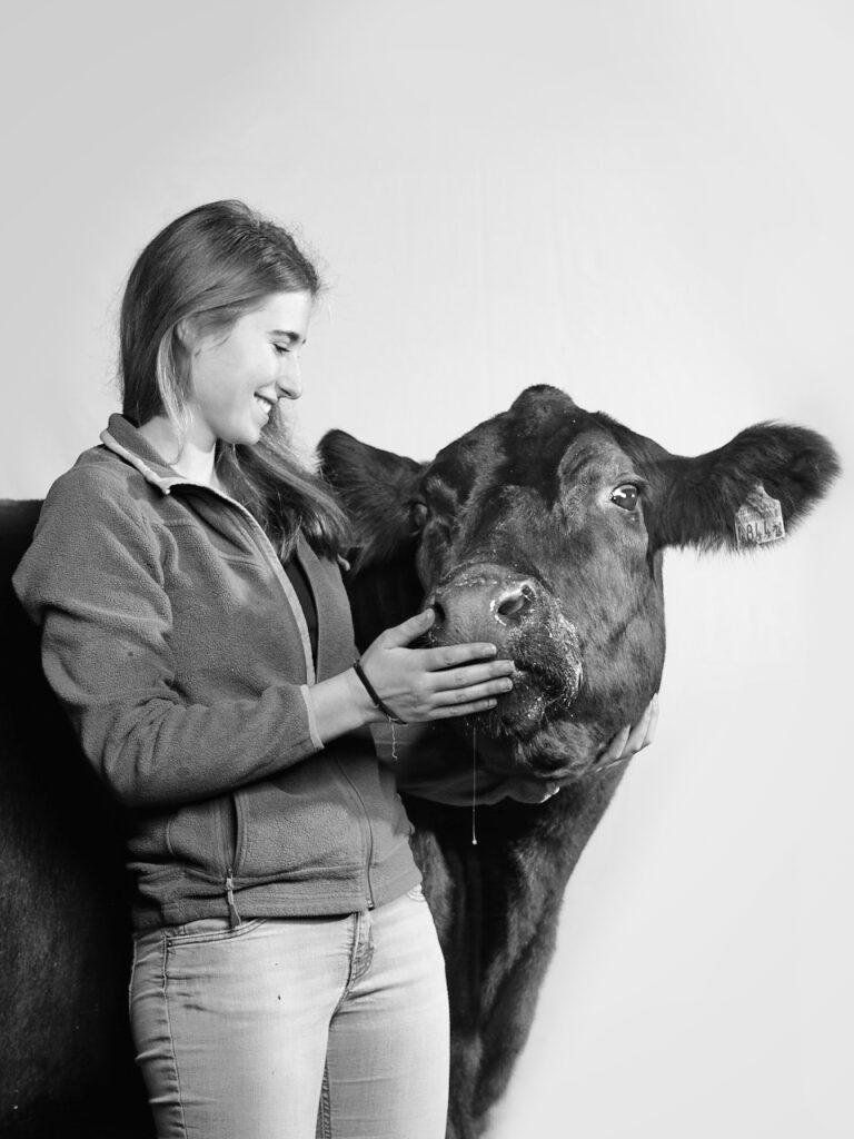 Blomberghof Tina Stoll Portrait mit Angus-Kuh